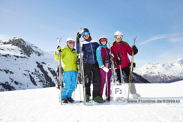 Familie mit Skiern auf dem Berggipfel