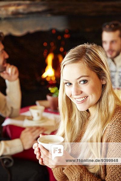 Frau mit heißem Getränk im Restaurant