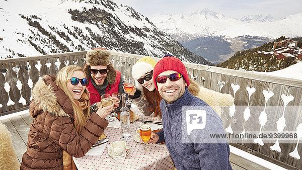 Freunde  die gemeinsam Getränke genießen