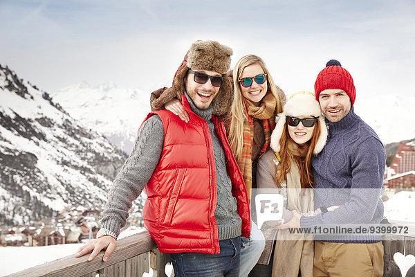 Freunde  die zusammen auf dem Balkon stehen