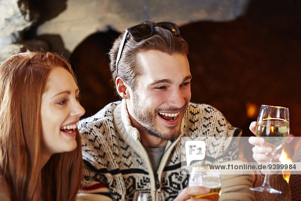 Pärchen genießen Getränke mit Freunden