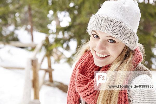 Frau lächelt im Schnee