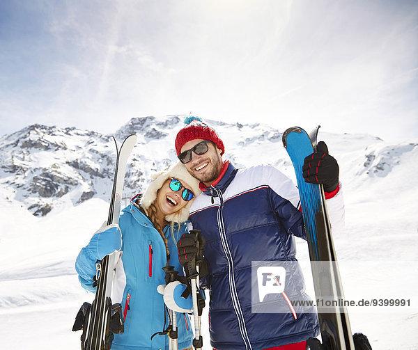 Paar mit Skiern am Berg