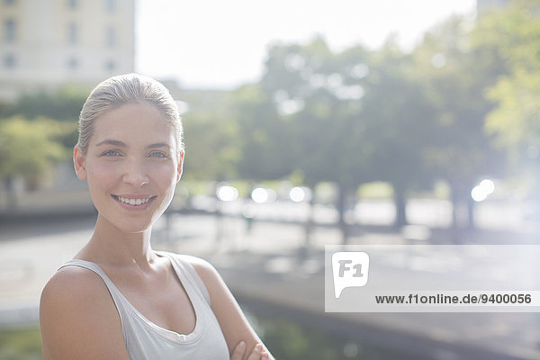 Frau lächelt auf den Straßen der Stadt