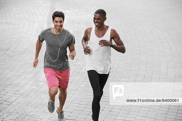 Männer laufen zusammen durch die Straßen der Stadt.