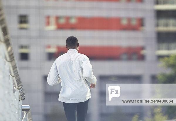 Mann läuft durch die Stadtstraße