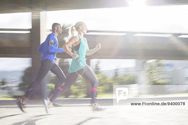 Ein Paar läuft gemeinsam durch die Straßen der Stadt.