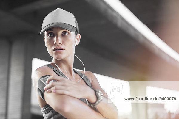 Frau beim Musizieren vor dem Training