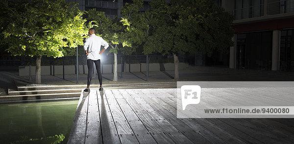 Mann steht nachts im Park