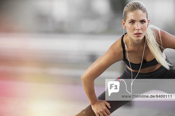 Dehnung der Frau vor dem Training