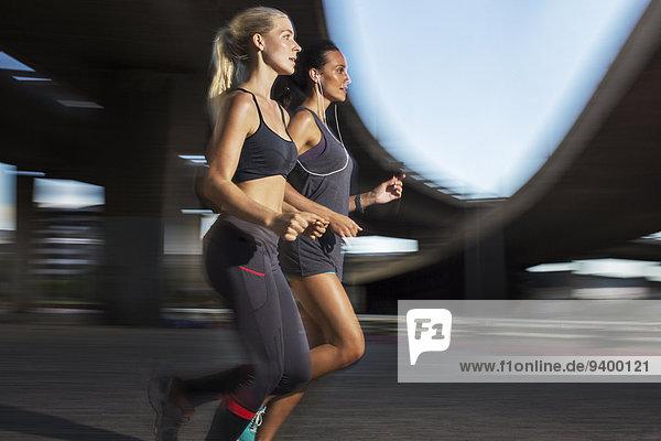 Frauen laufen gemeinsam durch die Straßen der Stadt