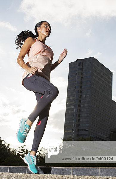 Frau trainiert auf den Straßen der Stadt