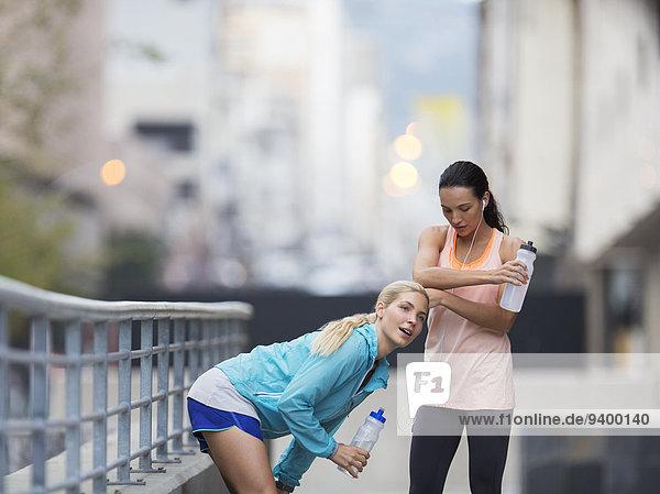 Frauen ruhen sich nach dem Training auf der Stadtstraße aus.