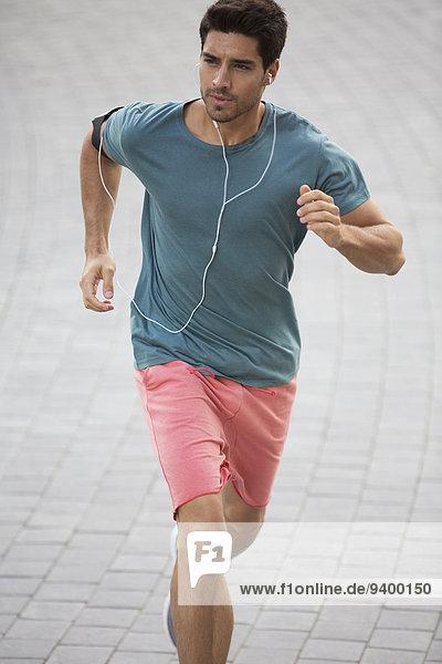 Mann läuft durch die Straßen der Stadt