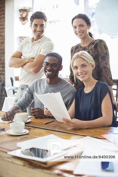 Geschäftsleute  die sich beim Treffen im Cafe Dokumente anschauen