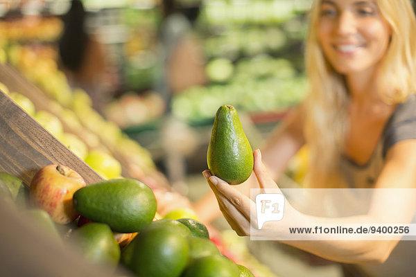 Nahaufnahme der Frau  die Produkte im Lebensmittelgeschäft hält