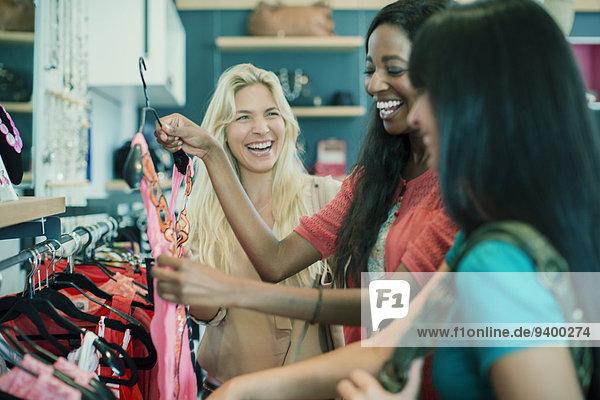 Frauen beim gemeinsamen Einkaufen im Bekleidungsgeschäft