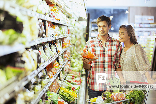 Gemeinsames Einkaufen im Lebensmittelgeschäft