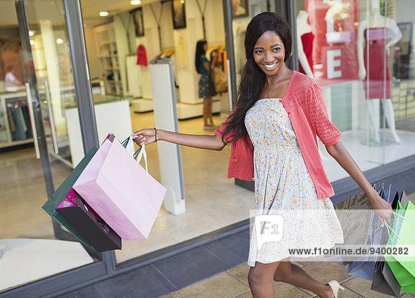Frau beim Einkaufen im Einkaufszentrum