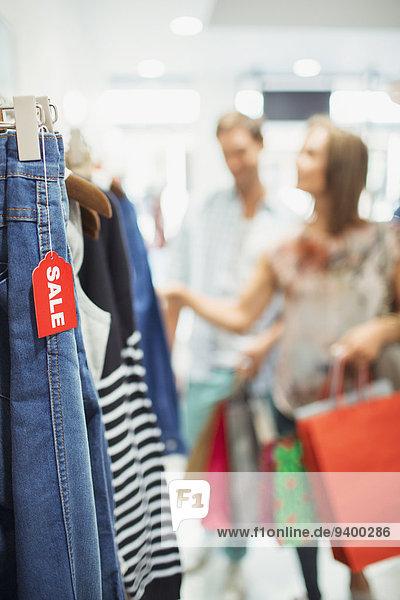 Nahaufnahme des Verkaufsetiketts auf der Kleidung im Geschäft