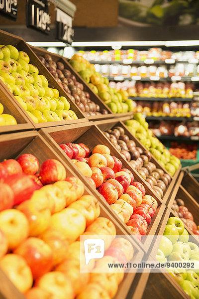 Nahaufnahme von Obst in der Obstabteilung des Lebensmittelladens