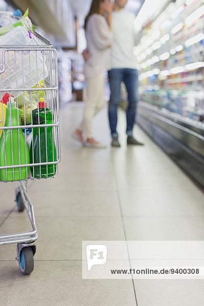 Defokussierter Blick auf das gemeinsame Einkaufen von Paaren im Lebensmittelgeschäft