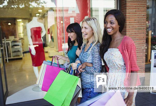 Frauen mit Einkaufstaschen im Einkaufszentrum
