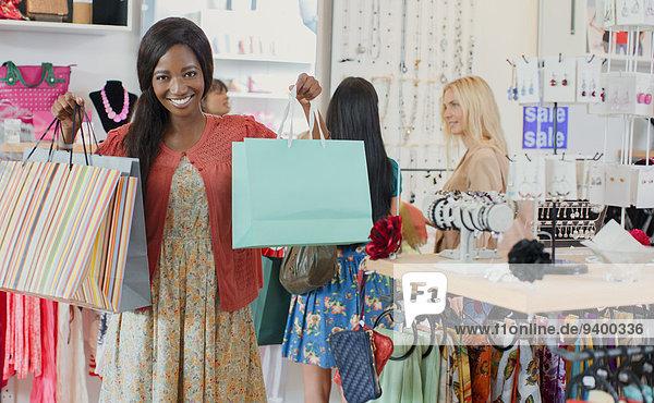 Frau mit Einkaufstaschen im Bekleidungsgeschäft Frau mit Einkaufstaschen im Bekleidungsgeschäft