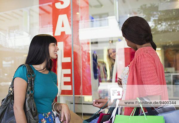 Frauen Schaufensterbummel gemeinsam im Einkaufszentrum Frauen Schaufensterbummel gemeinsam im Einkaufszentrum