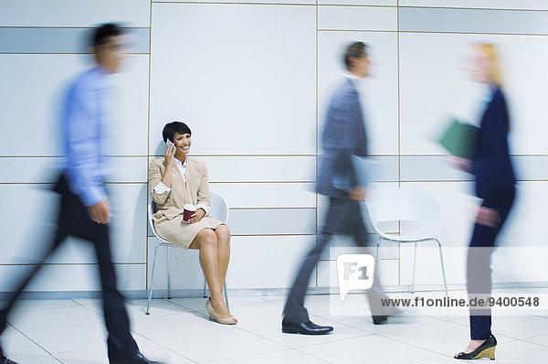 Geschäftsfrau beim Telefonieren im Bürogebäude