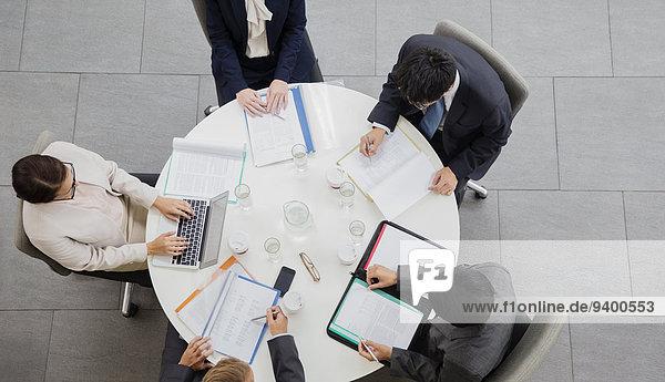 Geschäftsleute treffen sich am Tisch