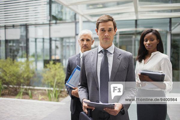 Geschäftsleute außerhalb des Bürogebäudes