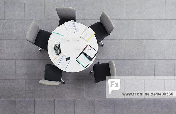 Papierkram verstreut auf dem Besprechungstisch im Bürogebäude