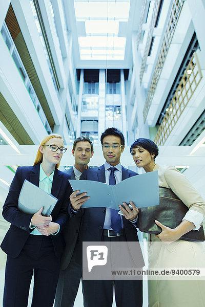 Mensch,sehen,Bericht,Büro,Menschen,Gebäude,Business,Feile
