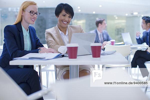 Geschäftsfrau,Notebook,arbeiten,Tisch