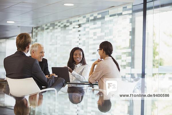 Geschäftsleute im Gespräch im Bürogebäude