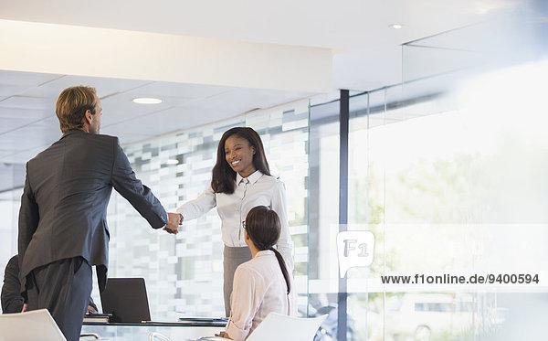 Mensch,Büro,Menschen,Menschliche Hand,Menschliche Hände,Gebäude,Business,schütteln