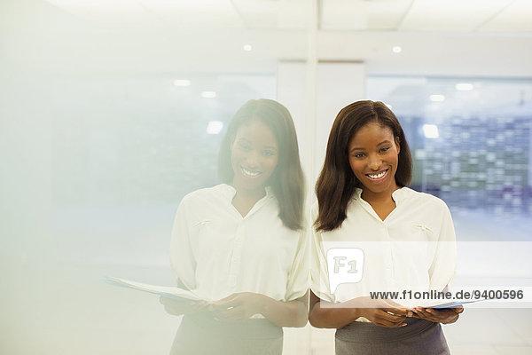 Geschäftsfrau mit Dokumenten im Bürogebäude