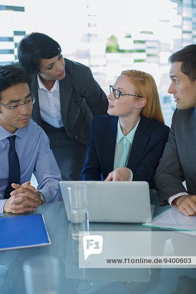 Mensch,Notebook,Büro,Menschen,geselliges Beisammensein,Gebäude,Business