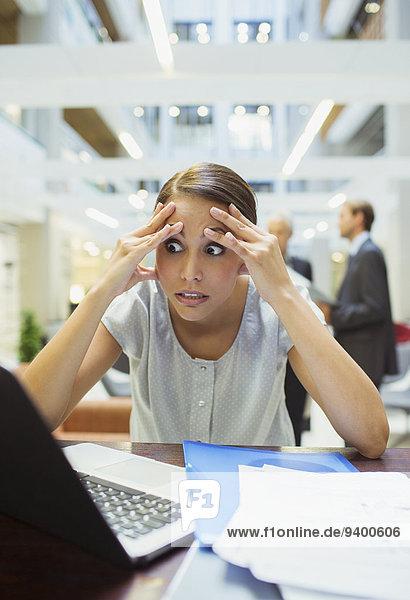 Gestresste Geschäftsfrau im Bürogebäude
