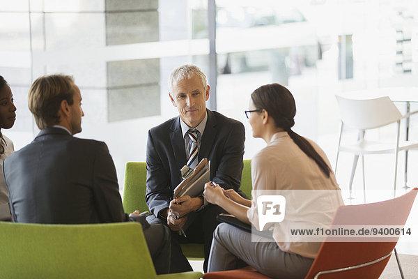 Geschäftsleute mit Besprechung im Bürogebäude