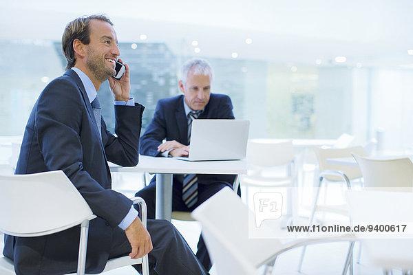 Geschäftsmann beim Telefonieren im Bürogebäude Cafe