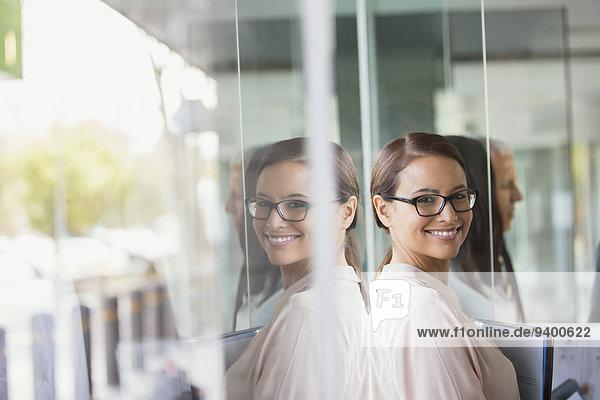 Geschäftsfrau steht im Bürogebäude