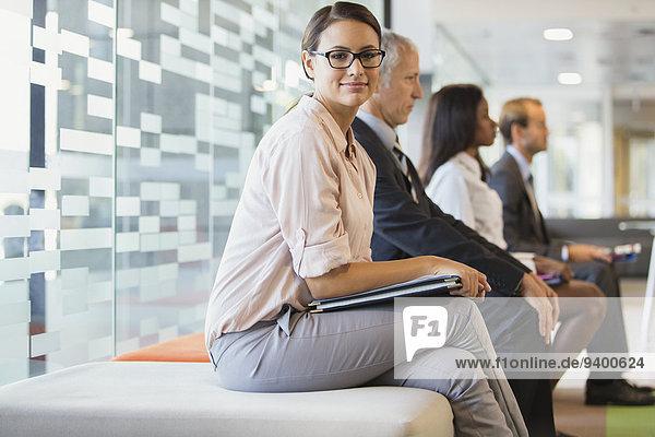 Gemeinsam im Büro sitzende Geschäftsleute