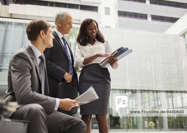 Mensch,sehen,Büro,Menschen,Gebäude,Dokument,Business
