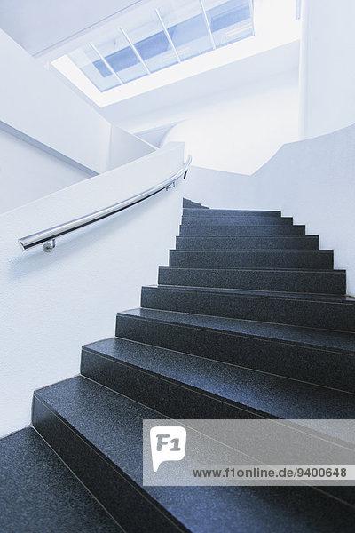 Schwarz-weiße Wendeltreppe des Bürogebäudes gebogen