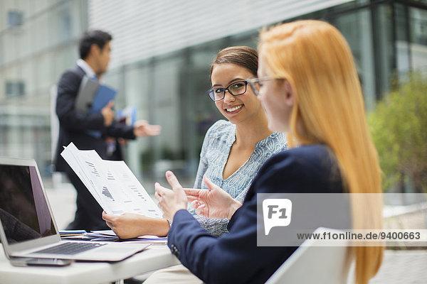 Geschäftsfrau,sehen,Gebäude,Büro,Dokument,Tisch