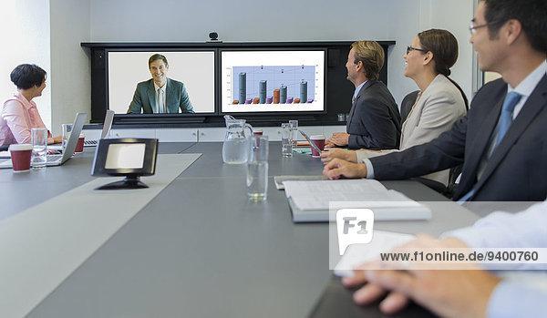 Geschäftsleute mit Telefonkonferenzen