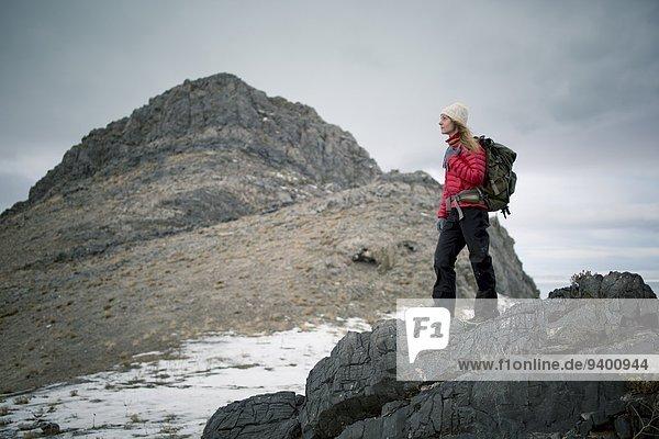 Rucksack junge Frau junge Frauen Berg Schnee wandern