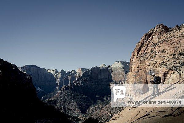 Nationalpark Felsbrocken junge Frau junge Frauen Ignoranz wandern rot